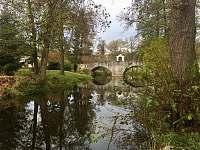 Lodge stojí nedaleko od tohoto barokního mostu - Varvažov