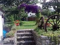 schody na zahradu - chalupa k pronájmu Opařany