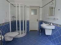Koupelna v přízemí - pronájem vily Popelín