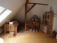 Ložnice v 1. patře - dřevěný pokoj - vila k pronájmu Popelín