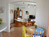 Pohled z kuchyně do obýváku - vila ubytování Popelín