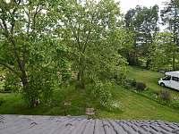 Výhled z okna v koupelně v 1. patře - Popelín