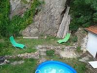 dvorek při pohledu ze střešního okna - chalupa k pronájmu Bechyně