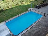 pohled z balkonu na bazén - apartmán k pronájmu Orrlická přehrada - Radava