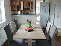 Jídelní stůl - pronájem chalupy Rejta