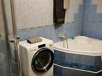 Koupelna - velká vana a pračka - pronájem chalupy Rejta