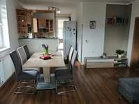 Obývák - jídelní stůl - chalupa k pronajmutí Rejta