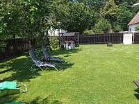 Odpočinek na zahradě - pronájem chaty Roudná