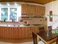 kuchyně se stolem - chata k pronájmu Roudná