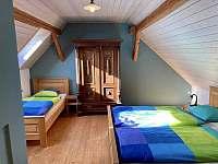 Ložnice v patře (3 lůžka) - pronájem chalupy Sumrakov