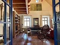 Obývací místnost - chalupa k pronájmu Sumrakov