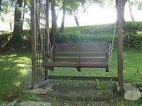 Houpací lavička nad potokem - pronájem chalupy Lhenice