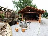 Otevřená venkovní kuchyně s grilem