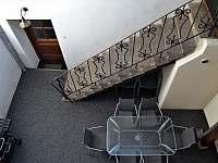Atrium, schody do patra s ložnicemi