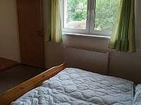 ložnice pohled ven - pronájem chalupy Netolice