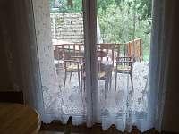 pohled z kuchyně na terasu - chalupa k pronájmu Netolice