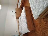 pokoj pro čtyři osoby, dvě samostatná lůžka a jedna manželská postel - Netolice