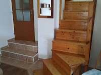 schodiště z obýváku - chalupa ubytování Netolice