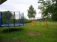 a oplocené dětstké hřiště