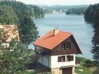pohled na chatu a rybník Komorník