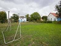Fotbalové hřiště před chalupou na zahradě - k pronajmutí Jilem
