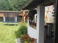 Letní posezení ve dvoře - Radomilice