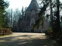 příchozí cesta k Schwarzenberské hrobce v Třeboni