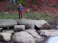 zmrzlý výletník civí na zamrzlý rybník