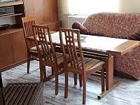jídelní stůl + obývák - pronájem chalupy Zahořany