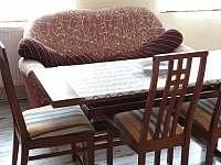 jídelní stůl + rozkládací gauč - chalupa k pronajmutí Zahořany