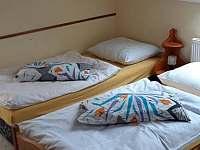 větší pokoj pro 3 - 4 osoby - pronájem chalupy Zahořany
