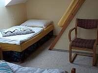větší pokoj pro 3 - 4 osoby - chalupa k pronájmu Zahořany
