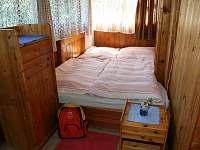 ložnice s výhledem na rybník - chata k pronájmu Strmilov