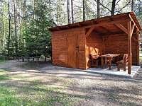 úschovna kol a posezení - chata k pronájmu Spolí