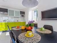 Apart. dům A, dolní apartmán, kuchyně