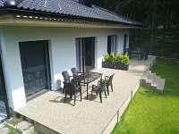 Apartmány LIPNOczech_prostorná terasa z kamínkového koberce