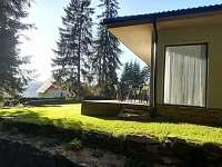 Apartmány LIPNOczech výhled z lesa přes zahradu