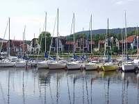 Lipno a pohled na přístav s promenádou