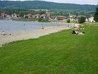 Lipno a travnatá pláž