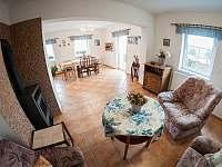 společná místnost s kuchyňkou - rekreační dům k pronájmu Trhové Sviny