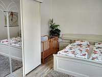 ložnice s dětskou postýlkou, přízemí - Sedlce