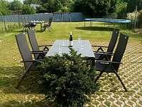 Posezení na zahradě vybízí k relaxaci. - apartmán k pronajmutí Nové Hrady
