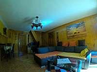Obývák s přistýlkou na gaučí