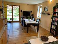Obývací pokoj + kuchyně - chalupa k pronajmutí Novosedly nad Nežárkou