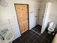 Koupelna v přízemí - chalupa k pronájmu Jilem