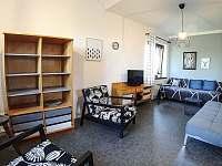 Obývací pokoj - postel a rozkládací gauč - Smrkovice u Písku