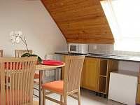 Pohled do kuchyňě pro hosty