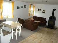 obývací pokoj s TV a krbovými kamny