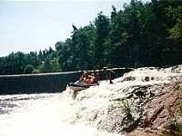 adrenalinový sjezd jezu na řece Nežárka peřejevou sekcí