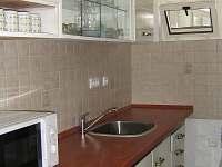 1.byt kuchyně - chalupa k pronajmutí Velký Ratmírov